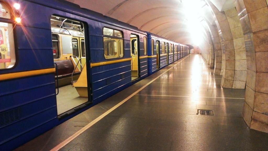 В киевском метро на Лыбедской ранили полицейского