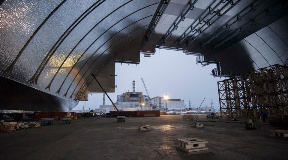 Чернобыльскую АЭС накрывают современным  колпаком