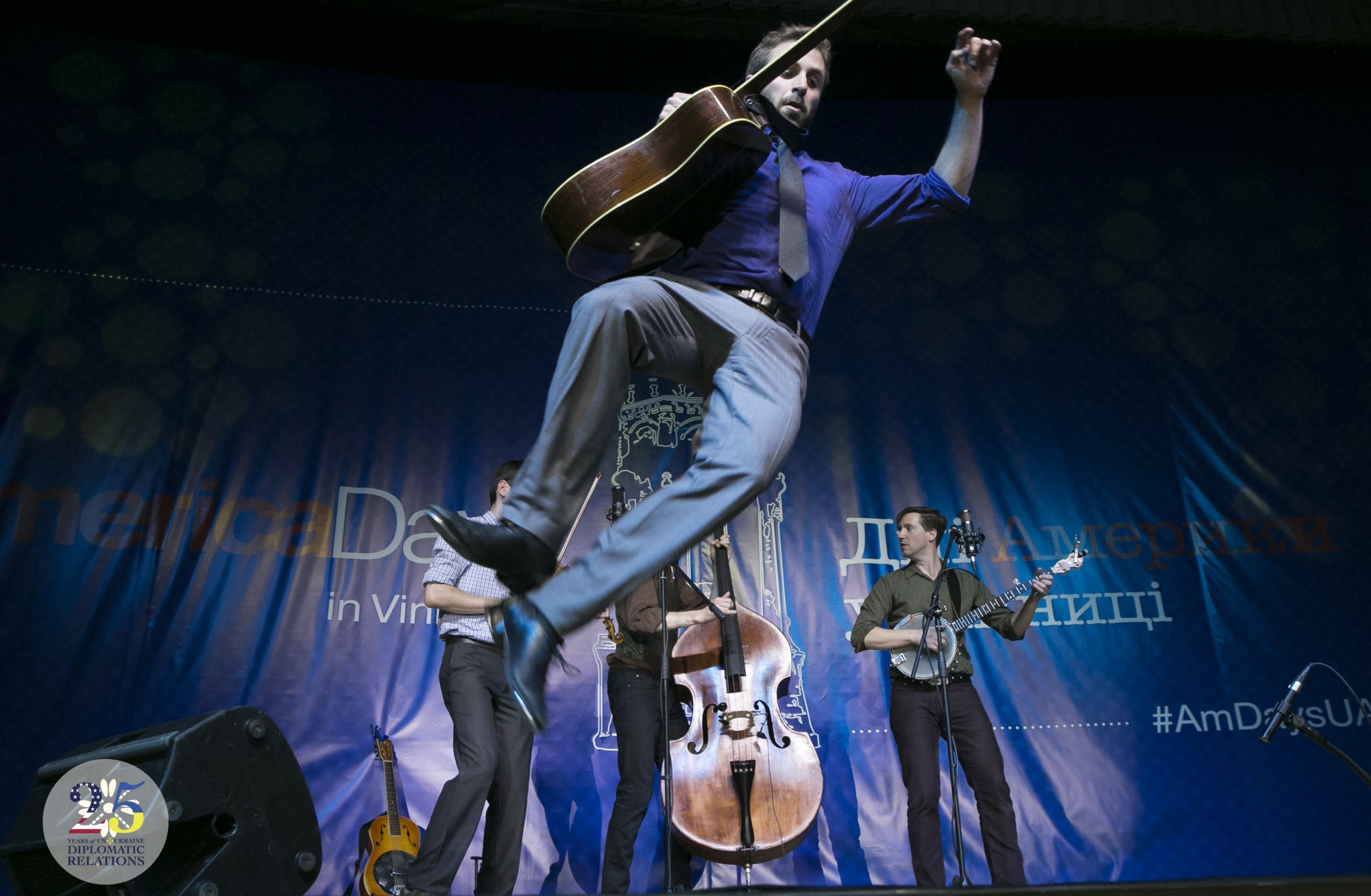 Американская фолк-группа Tumbling Bones с Портленда выступает на фестивале Дни Америки в Виннице, в 2015 году.