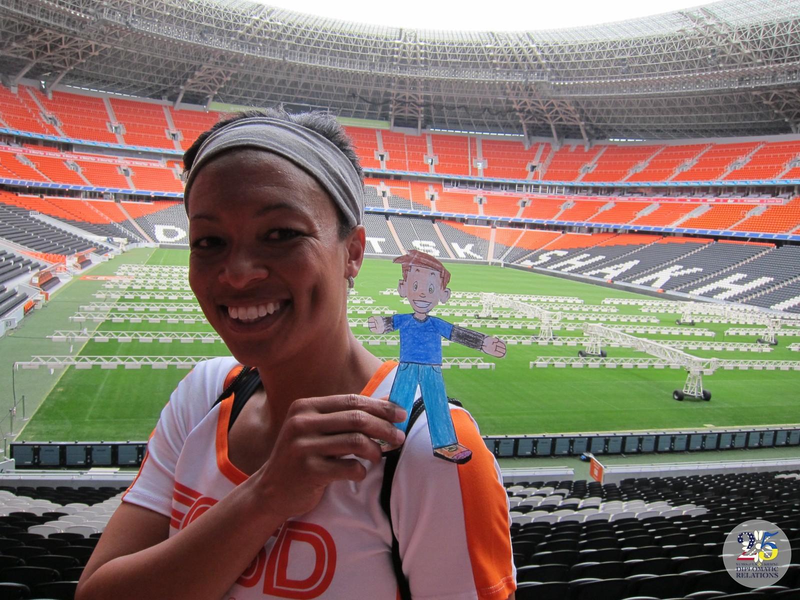 Анжела Хаклес, американская профессиональная футболистка-полузащитница, член национальной сборной по женскому футболу США посещает стадион Шахтер в Донецке 2013 году.