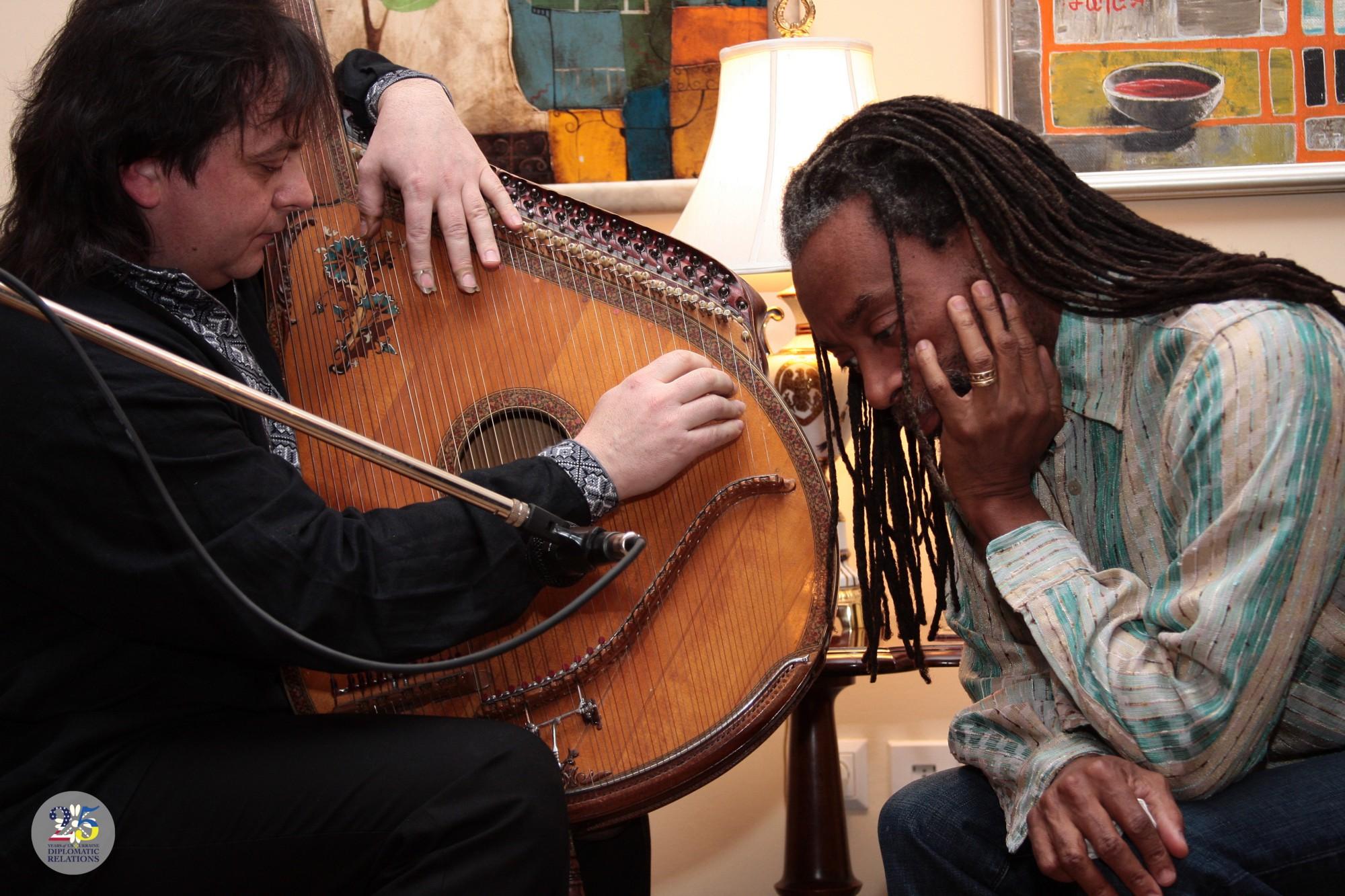 Бобби Макферрин, известный американский джазовый вокалист и дирижер, слушает игру на бандуре от украинского бандуриста Романа Гринькова, Киев 2010.