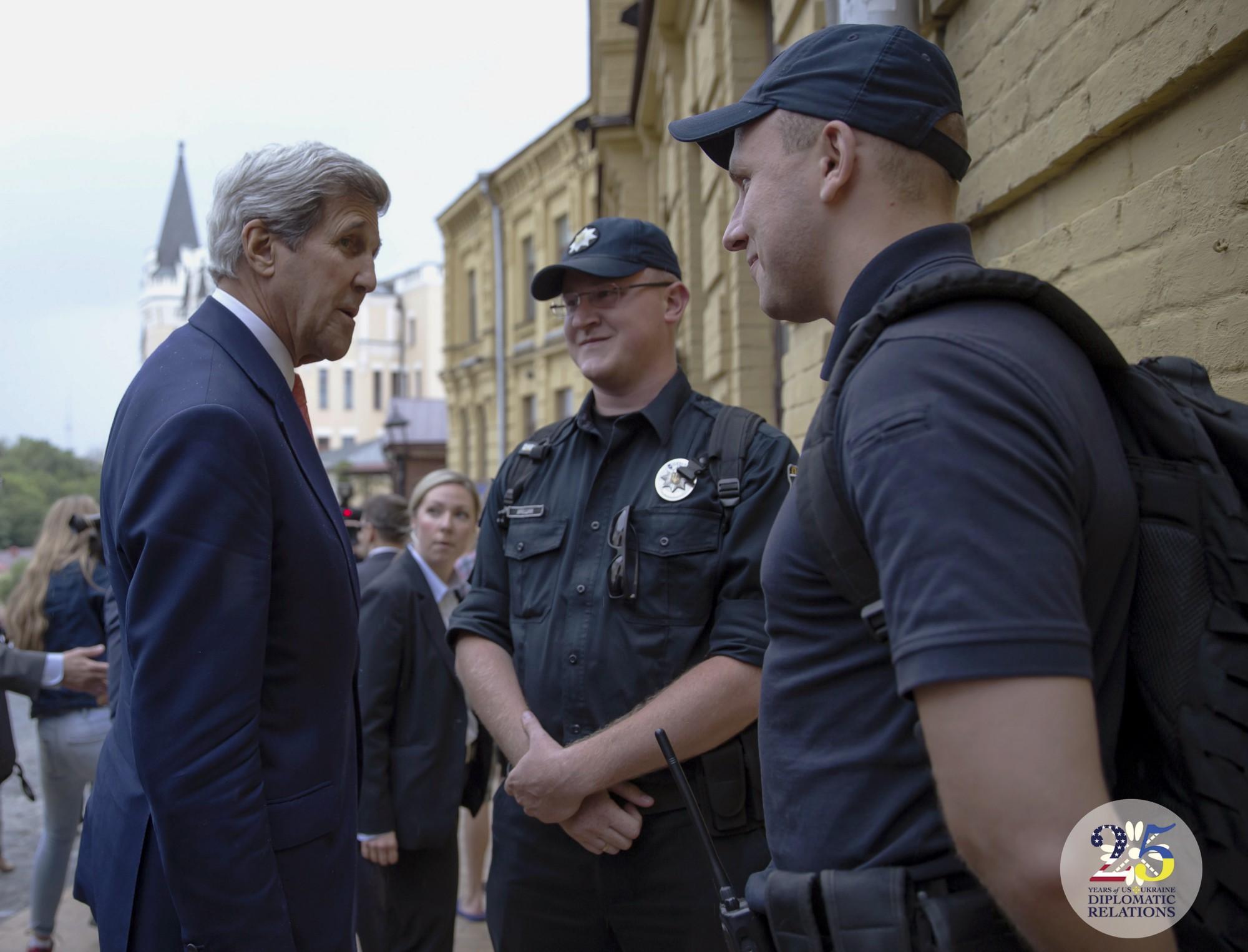Государственный секретарь США Джон Керри приветствует представителей патрульной полиции Киева, 2016 год.
