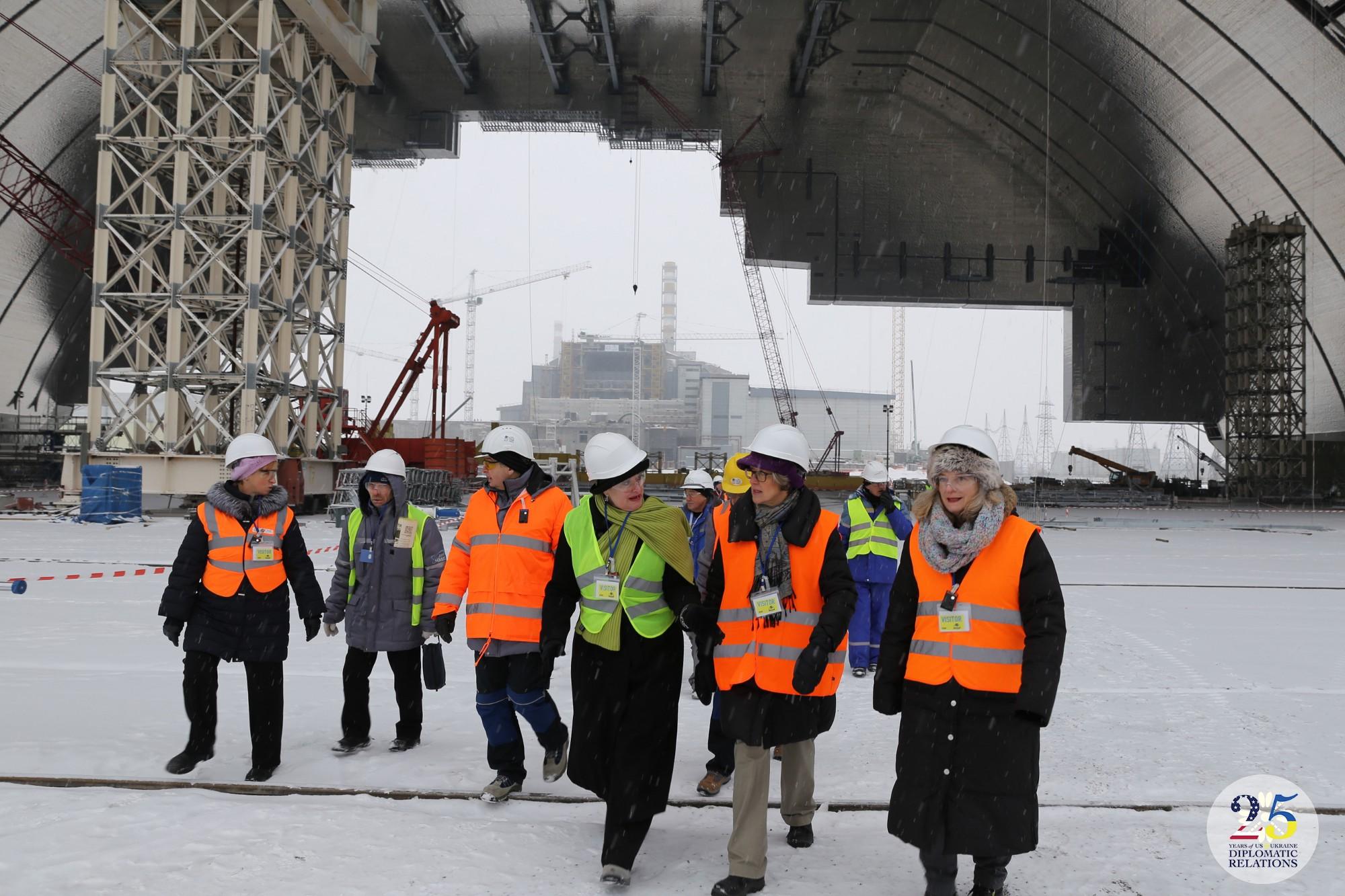 Координатор Государственного департамента США по делам помощи Европе и Евразии Алина Романовски посещает Чернобыльскую АЭС, 2016 год.