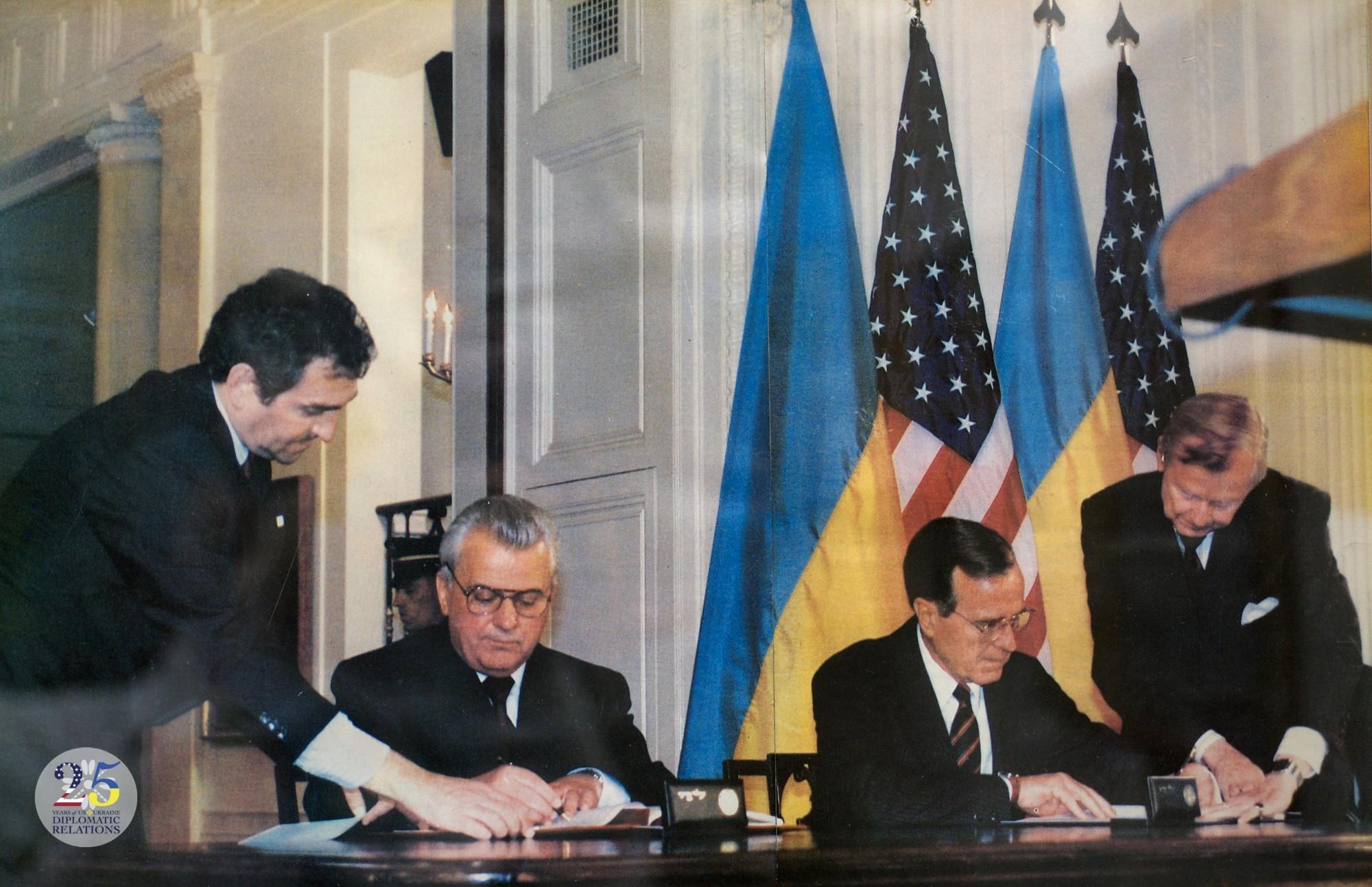 Подписание двустороннего межправительственного соглашения Президентом США  Бушем и Президентом Украины Кравчуком.