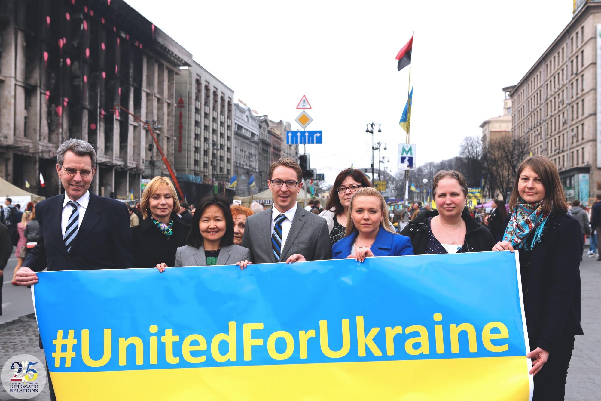 Посол США Пайетт вместе с представителями Посольства США на Майдане, Киев, 2014 году.