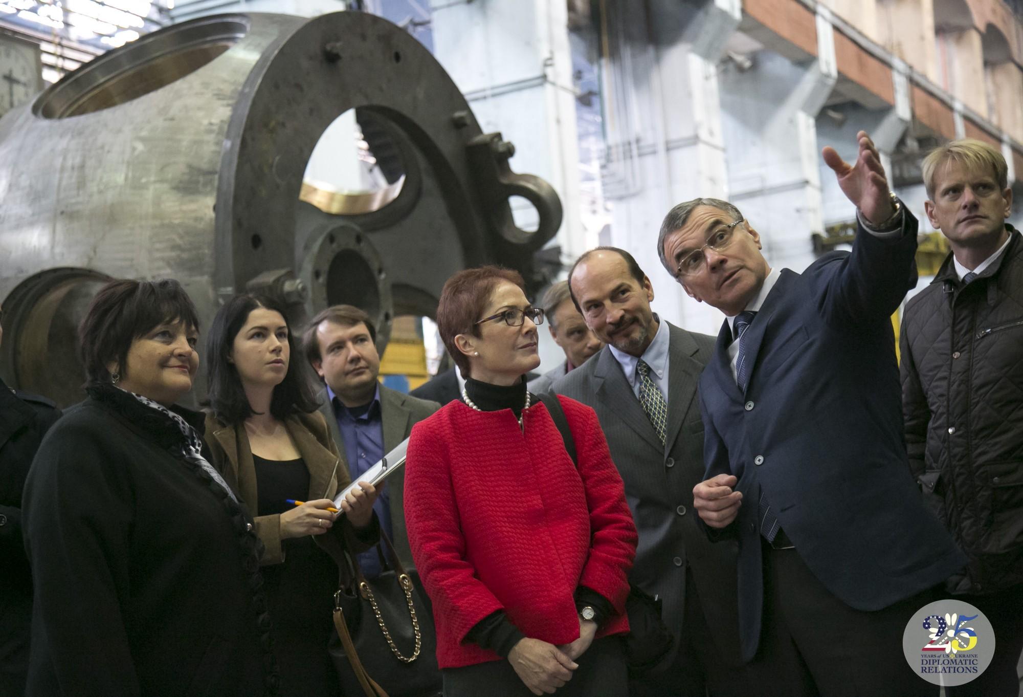 Посол США в Украине Мари Йованович посещает ОАО Турбоатом, Харьков, 2016 год.