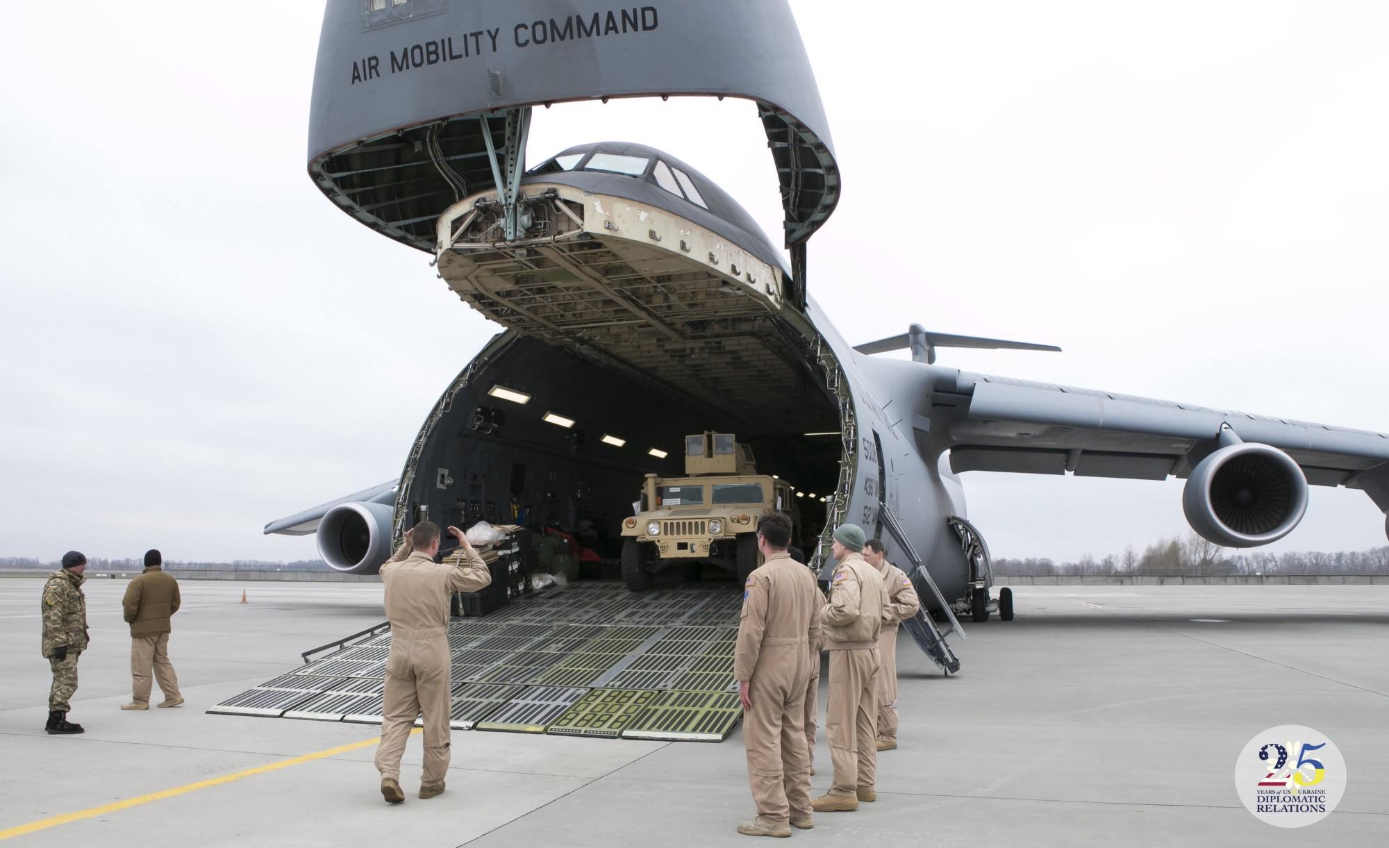 США предоставляют Украине партию бронеавтомобилей Хамви в рамках военной помощи Украине, в 2015 году.