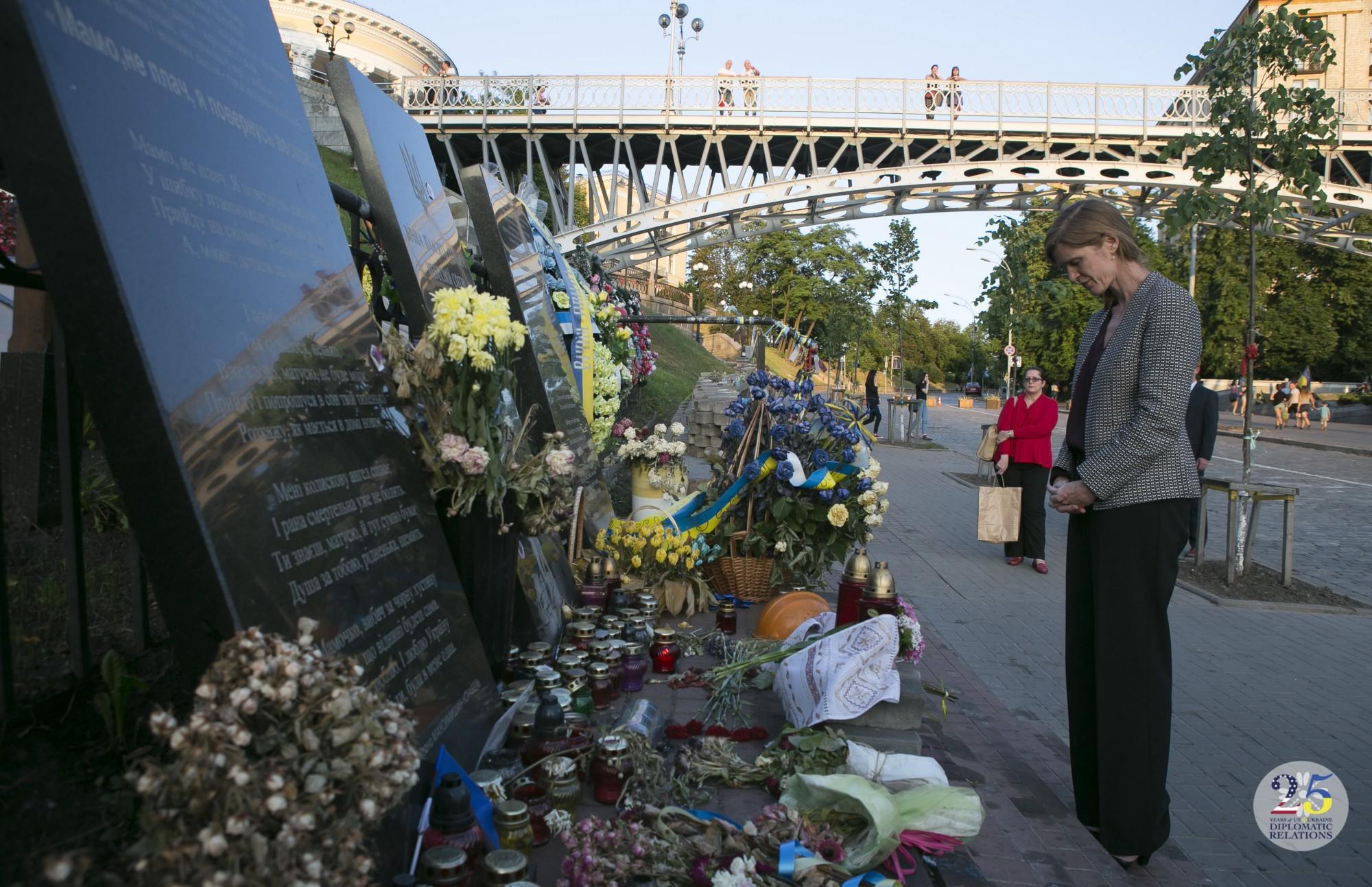Саманта Пауэр, Посол США в ООН, отдает дань погибшим во время Революции достоинства в Украине, Киев, в 2015 году.