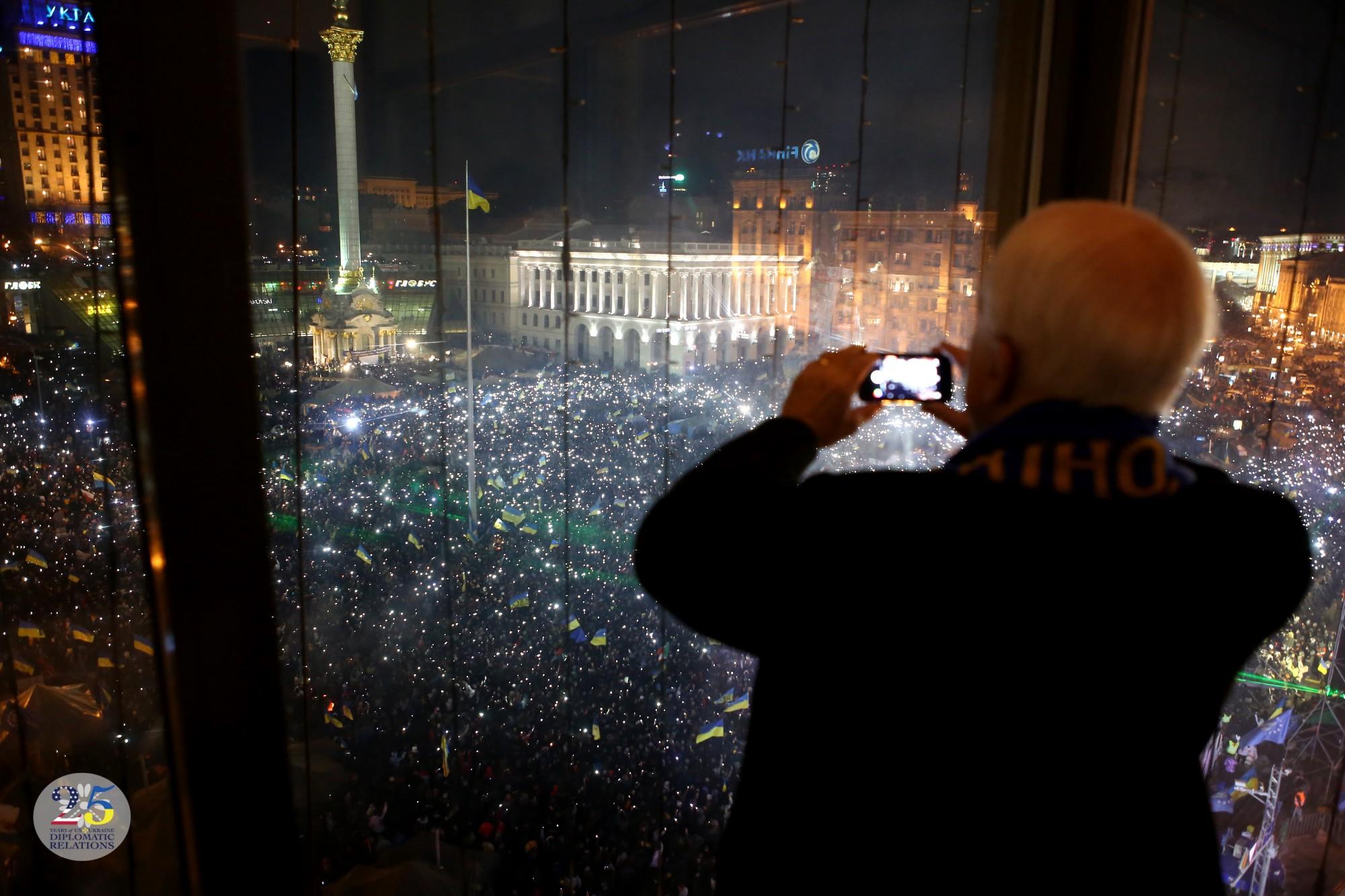 Сенатор США Джон Маккейн во время концерта группы Океан Ельзи на Евромайдане в Киеве в 2013 году.
