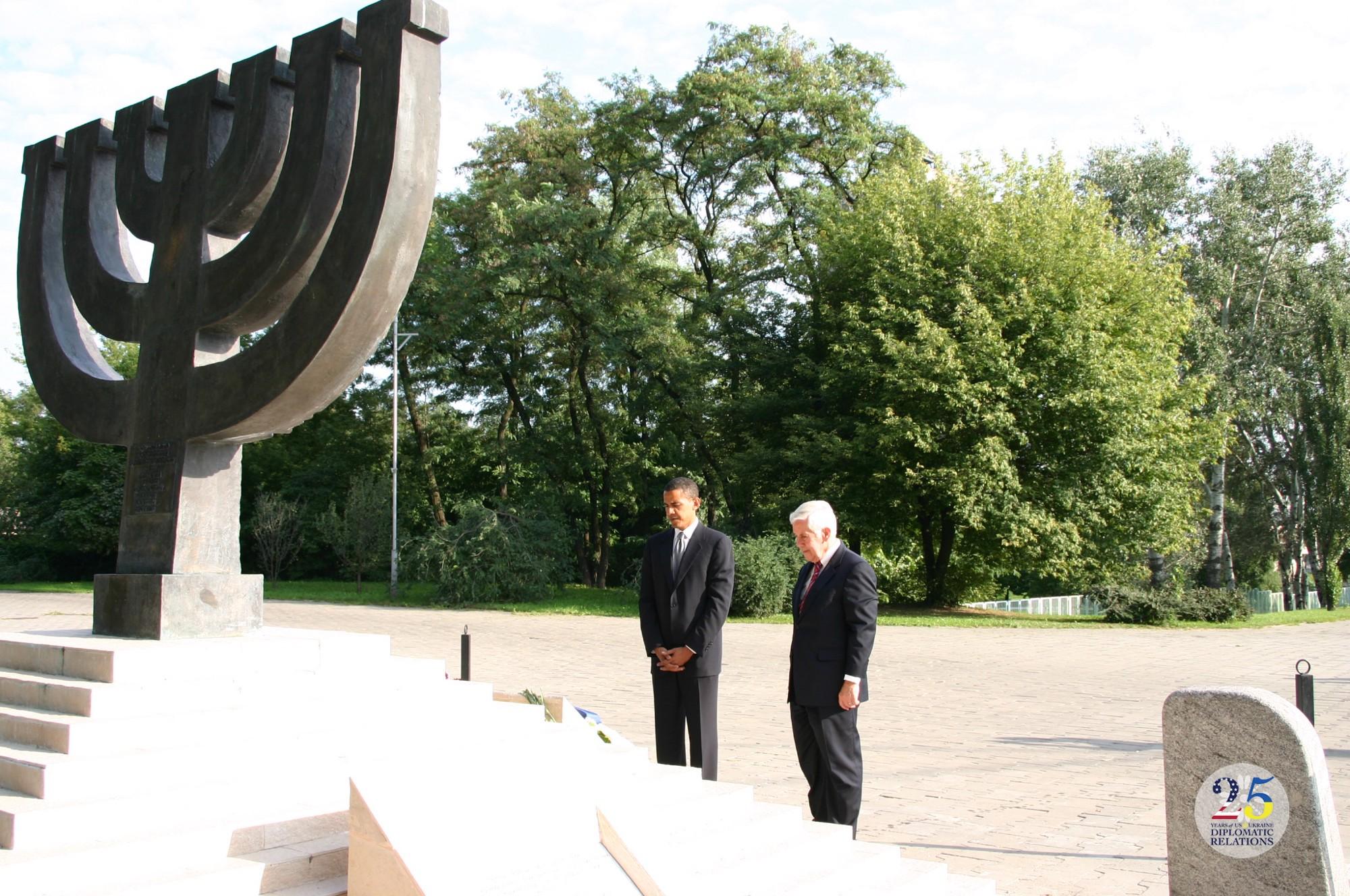 Сенаторы США Ричард Лугар и Барак Обама у Мемориала в Бабьем Яру в Киеве в 2005 году.