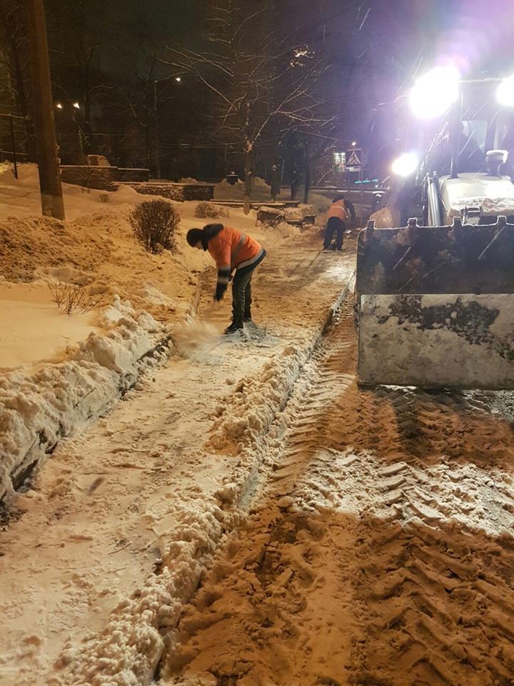 В Киеве убирают снег ночью