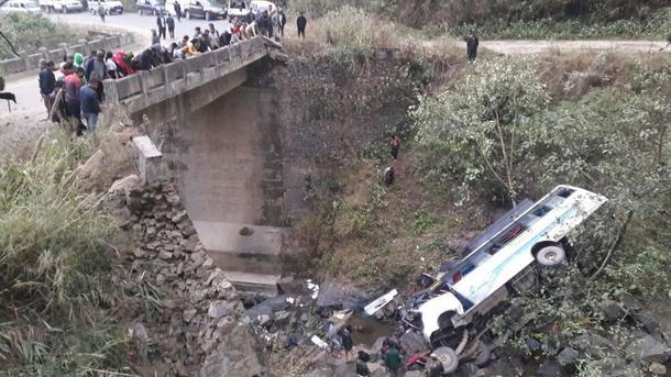 Автобус в Индии упал
