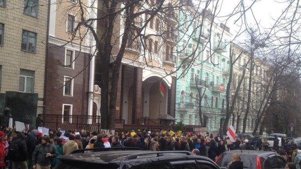 К посольству Беларуси в Украине пришло около 200 человек