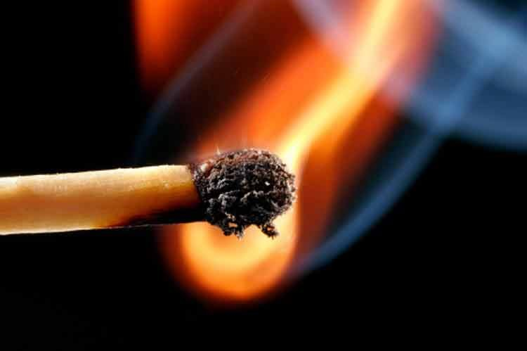 огонь спичка