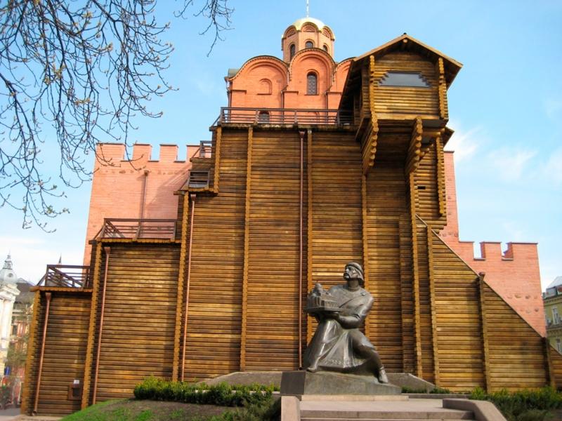 золотые ворота памятник.