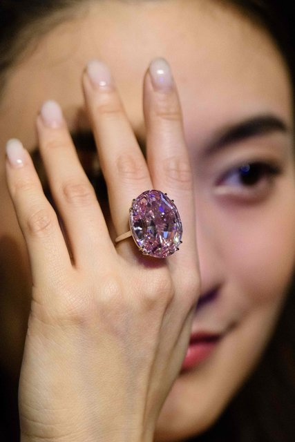 В Гонконге продали редкий розовый бриллиант