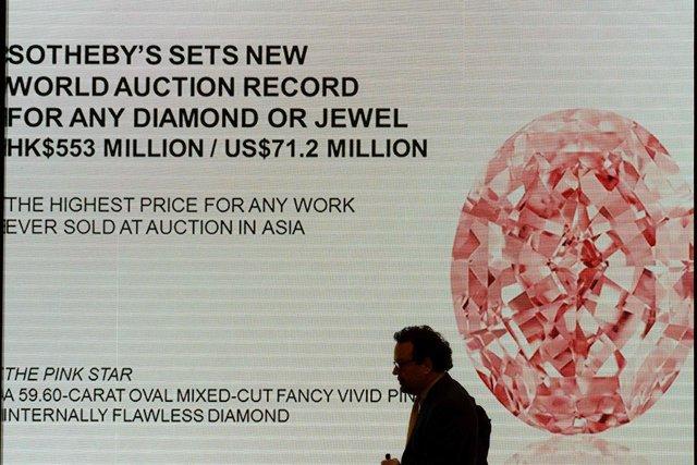 В Гонконге продали редкий розовый бриллиант торги