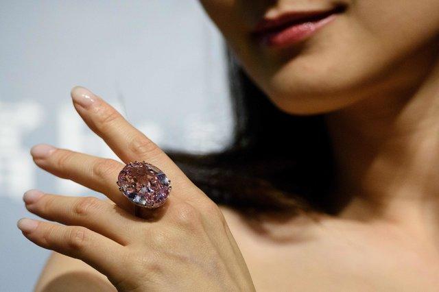 продали редкий розовый бриллиант