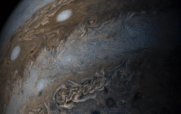 NASA обнародовало фотографии штормов наповерхности Юпитера