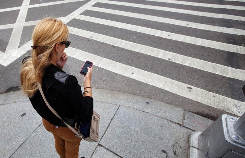 пешеход с телефоном