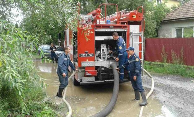 На Закарпатье из-за непогоды были обесточены восемь населенных пунктов, подтоплены улицы и дома