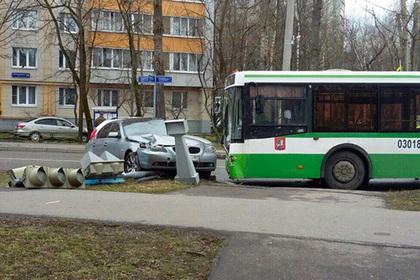 ВПетербурге пьяная 17-летняя пассажирка ударила кондуктора молотком поголове