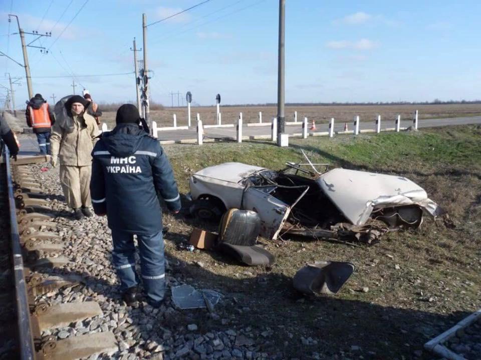 ВЗапорожской области поезд «разорвал» легковую машину: есть пострадавшие