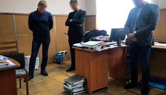 ВКиевской области чиновник попался навзятке в $100 тыс.