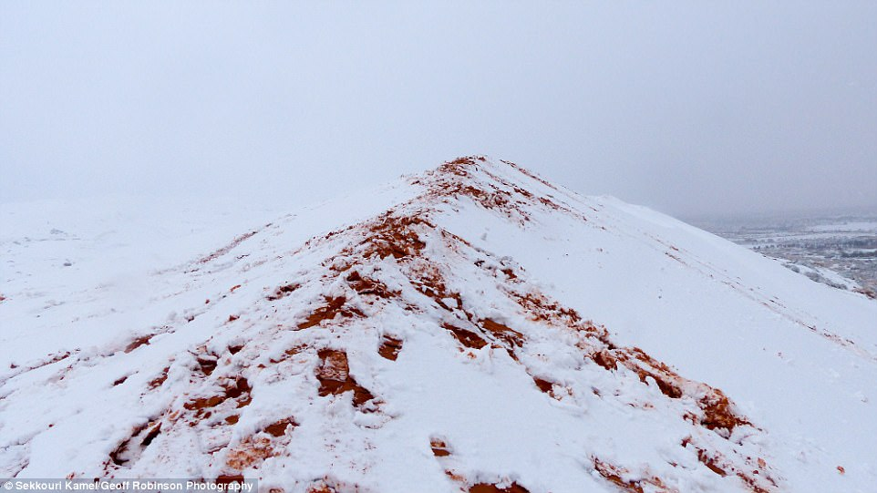 Впустыне Сахара во 2-ой раз замесяц выпал снег