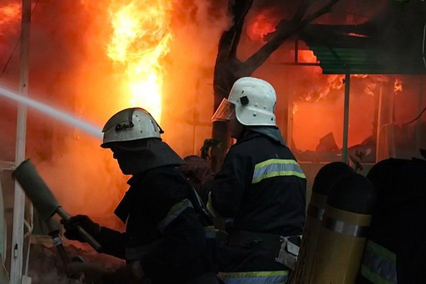Сверепый пожар вспыхнул вкиосках Днепра: фото иведео сместа происшествия