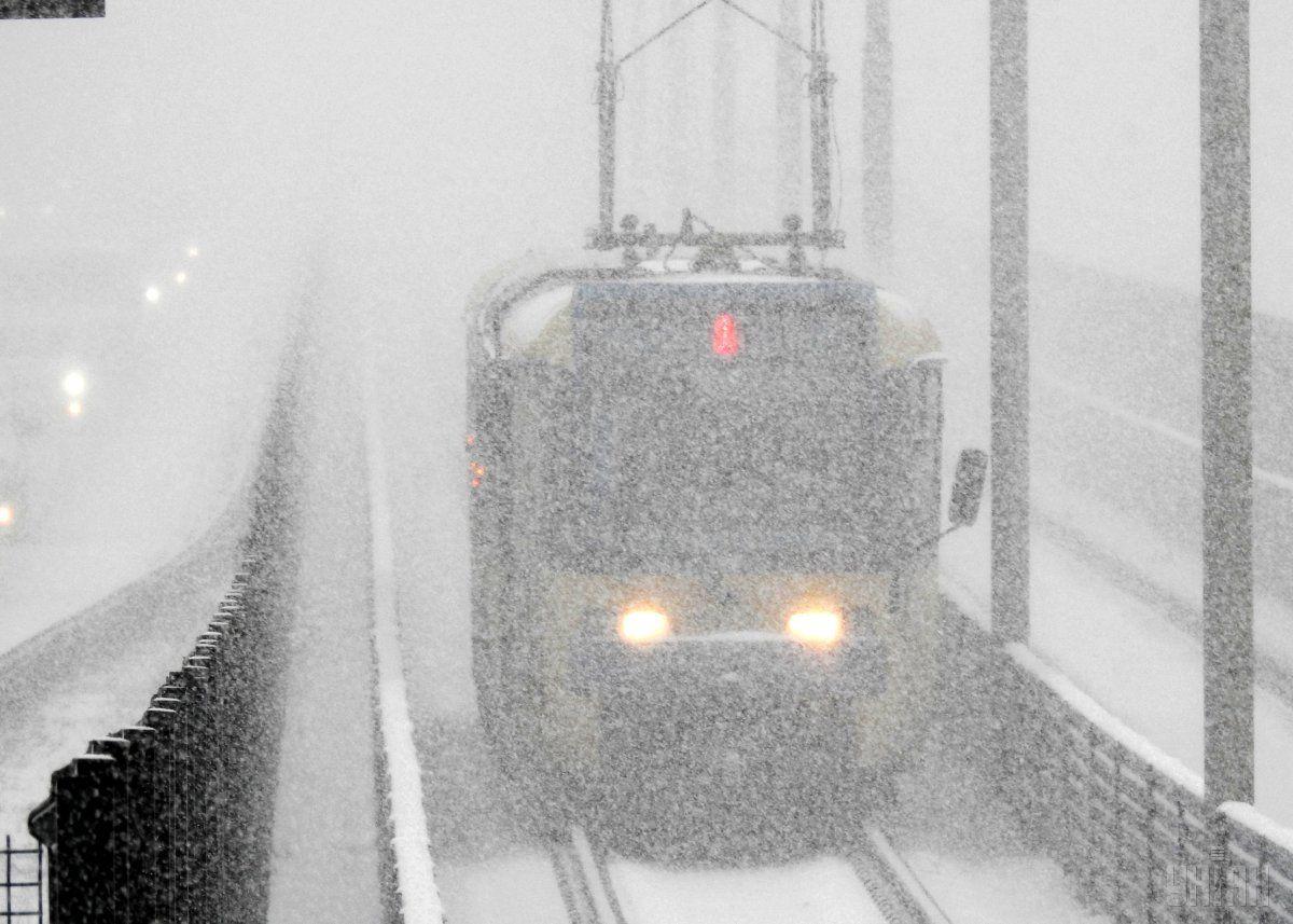 снегопад поезд.