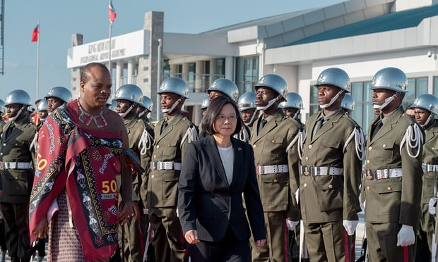 Монарх Свазиленда переименовал страну, чтобы непутали соШвейцарией