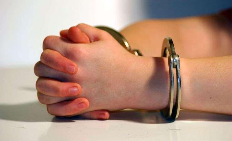 дети в наручниках