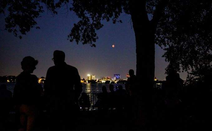 город лунное затмение