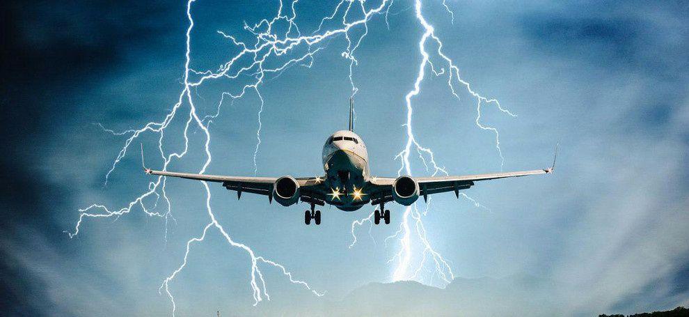 самолет и молния