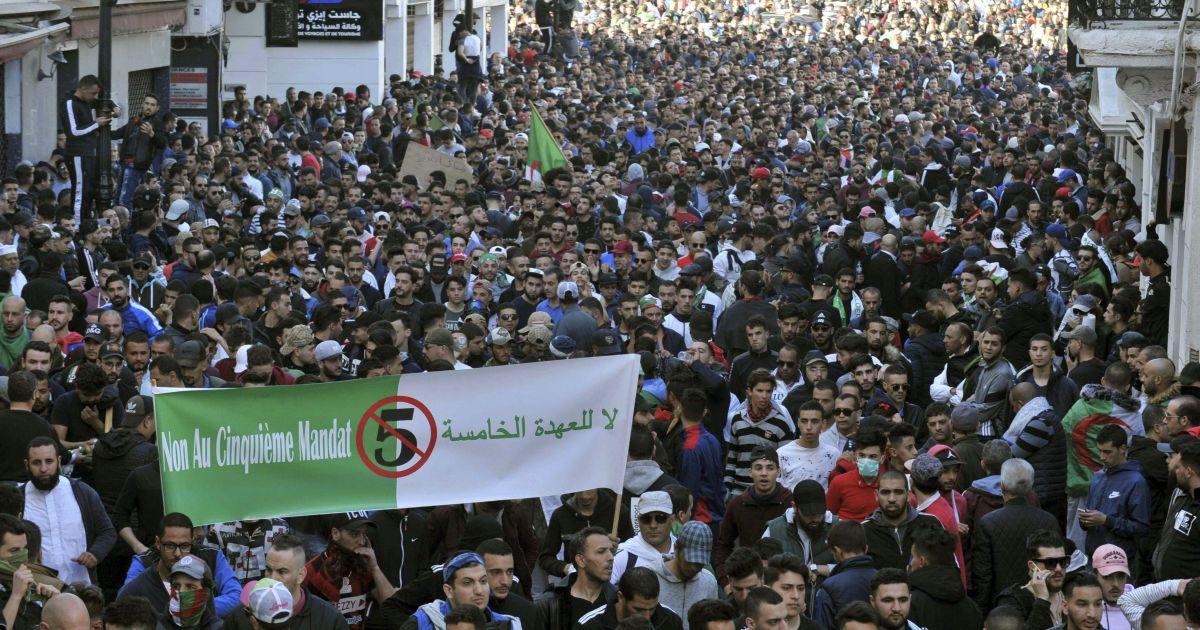 Протестующие.