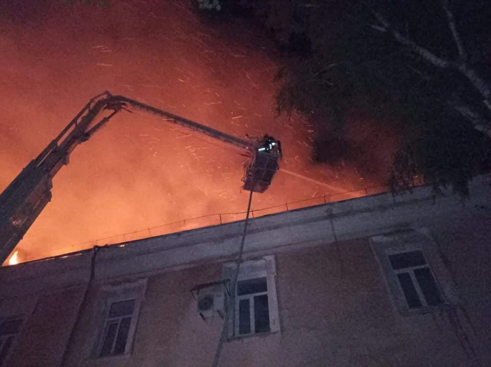 горит здание спасатели