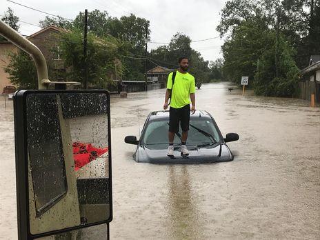 шторм затопил машину