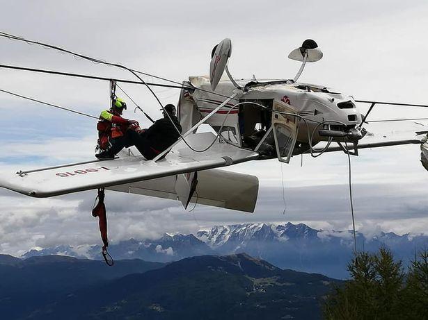 самолёт повис над Альпами