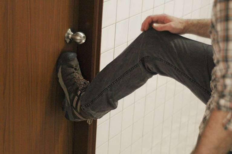 взламывание двери