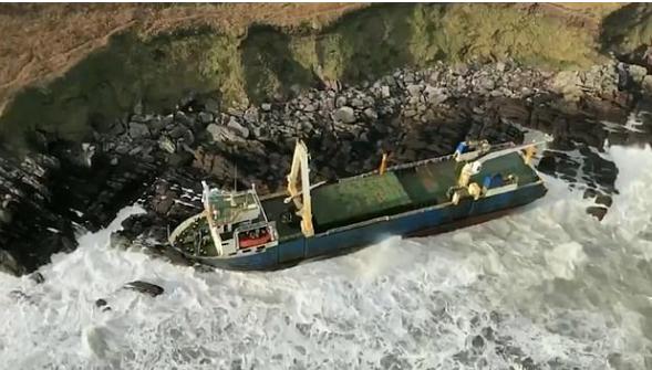 В Ирландии штормовым ветром прибило к берегу корабль-«призрак»