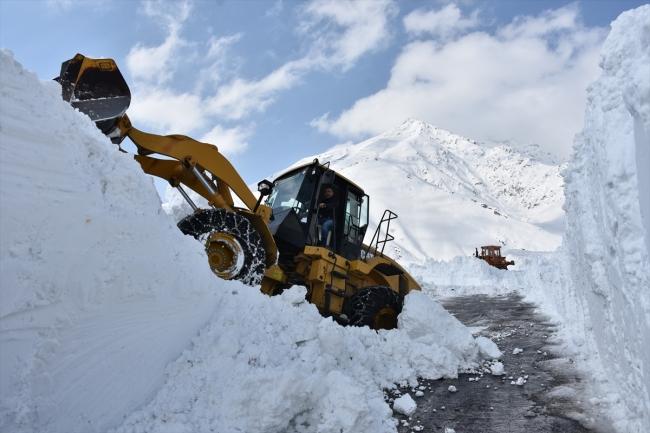 Катаклизмы в Турции: снег, схождение лавин, два землетрясения за сутки