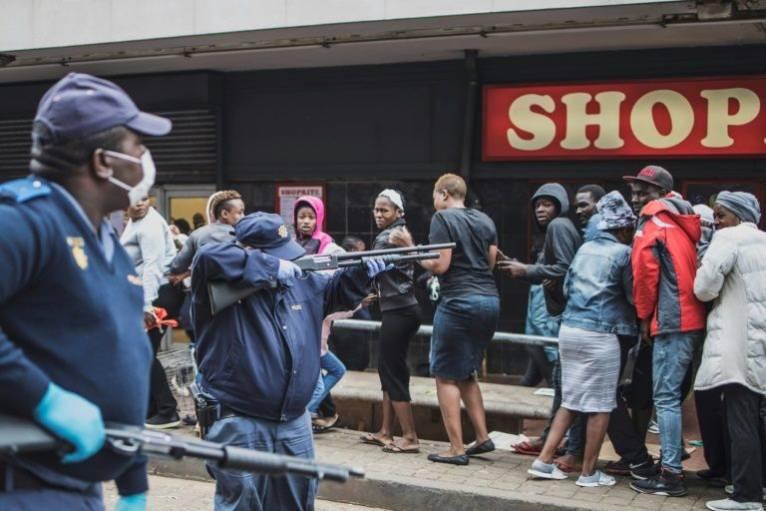 Карантин в ЮАР: полицейские стреляли по покупателям магазина