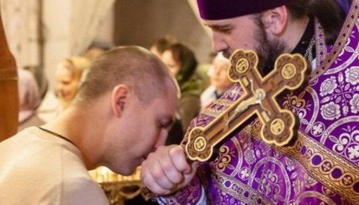 целование руки священника.