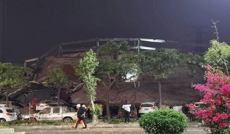 В Китае рухнул «карантинный» отель, под завалами десятки людей