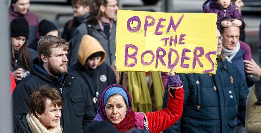 В Германии население требует открыть границы для беженцев