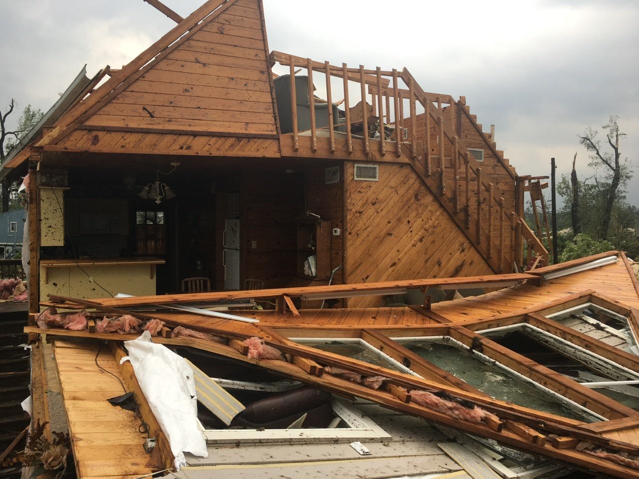 Торнадо в США: девять человек погибло, разрушены сотни домов