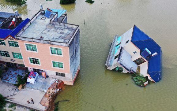 Для спасения людей от наводнений в Китае взорвали плотину