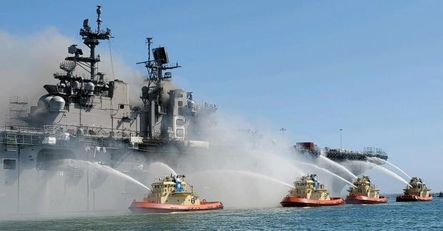 Число пострадавших пожара на судне ВМС США увечилось до 59