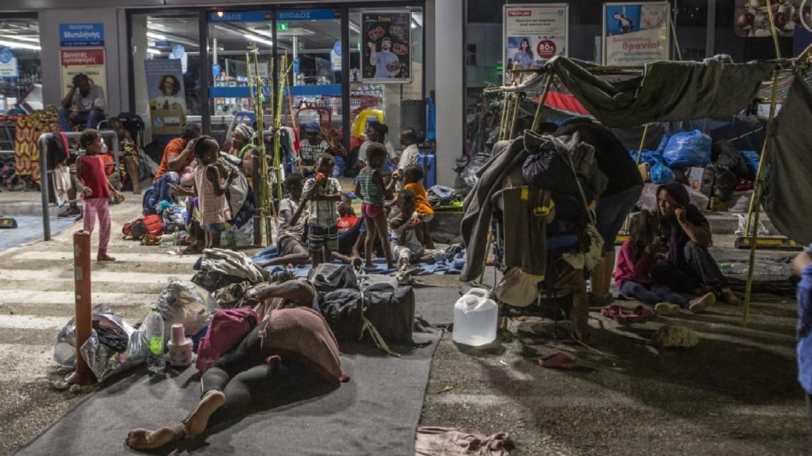 Беженцы из сгоревшего на Лесбосе лагеря живут под открытым небом